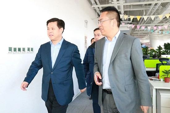 天津经济技术开发区管理委员会主任郑伟铭(左),快友股份ceo林森(右)